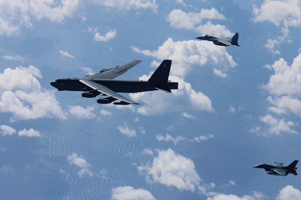 پرواز بمب افکن های آمریکایی بر فراز دریای چین جنوبی