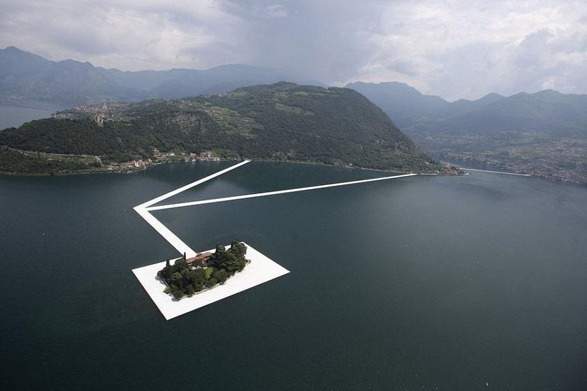 اسکله ای شناور در دریاچه ای ایتالیایی
