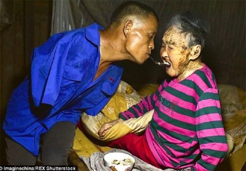 نگهداری از مادر 91 ساله توسط فرزند معلول در چین