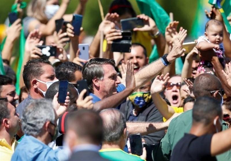 رئیس جمهور برزیل در میان هواداران خود ماسک را برداشت