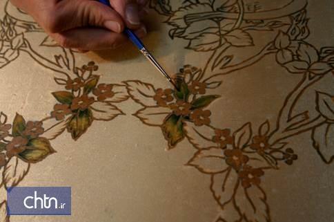 خلق اثر هنری کاربردی رومیزی به شیوه نقاشی باتیک در کارگاه هنرهای سنتی