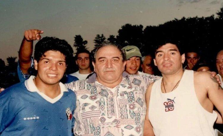 زمانی که مارادونا در کنار برادرش به میدان رفت